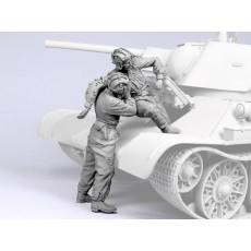 Escaping soviet tank crew.  1943-45.  Two figures.